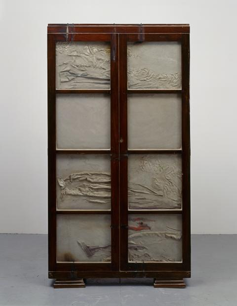 """דוריס סלסדו, ללא כותרת, 1998, ארון עץ, בטון, פלדה, זכוכית ובגדים, 183.5x99.5x33 ס\""""מ, אוסף ליסה וג'ון מילר, חלקים ממתנה שהובטחה למוזיאון סן פרנסיסקו לאמנות מודרנית, צילום: דייויד הלד"""