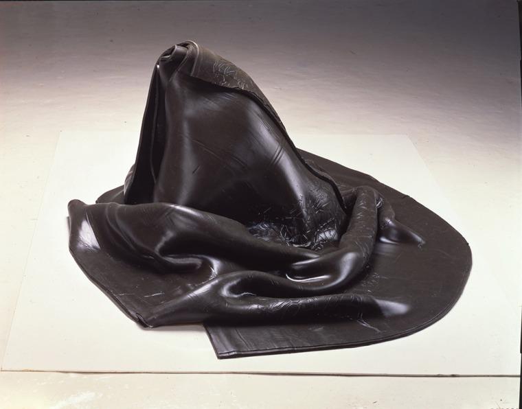 """פני הס יסעור, אספאלוס - מפה חתומה, 1997, מתוך מפות מנטליות – זיכרון לא רצוני, דוקומנטה X מוזיאון הפרידריציאנום, קאסל, גרמניה הטבעת מטריצת ברזל בגומי סיליקון באמצעות ואקום, 70X180X130 ס""""מ צילום: עודד לבל. באדיבות האמנית"""