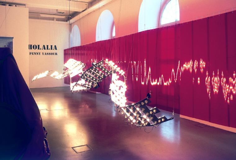 """פני הס יסעור, 2000-2001, רכבת הרים: The people swarm on the public space... מסלול טקסט באותיות מתכת, 15 ואט נורות אור, רמקולים, אמפליפייר, נגנים, כבלי מתכת, 50 X 1600 ס""""מ, מוזיאון הפרידריציאנום, קאסל, גרמניה מתוך: אקולליה צילום: דיטר שוורדטל. באדיבות האמ"""