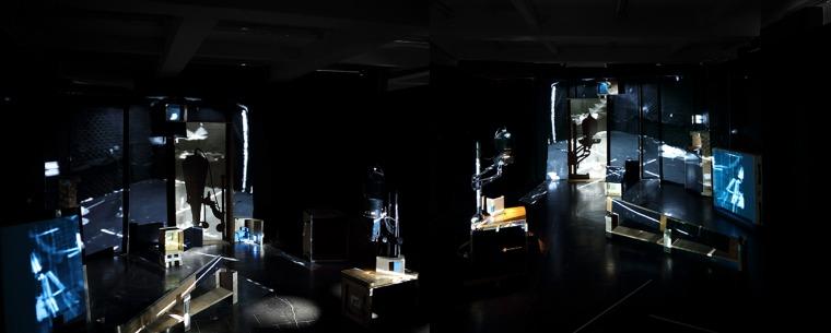 פני הס יסעור, החלל וכפילו - תצפיות, מראה חלקי, 2020-2021, מוזיאון הרצליה לאמנות עכשווית הקרנת וידיאו, מכשירי הגדלת צילום, קופסאות קרטון, עץ, 5 חללים, מידות משתנות באדיבות האמנית