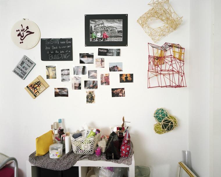 """مجدولين، غرفة، على التطريز الدائري تظهر الكلمة """"حرية""""، رمات أفيف، 2015"""