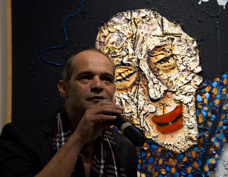 יוסוף ווהבון ליד אחד מציוריו המרכז התרבותי הצרפתי, ראבאט, 2019