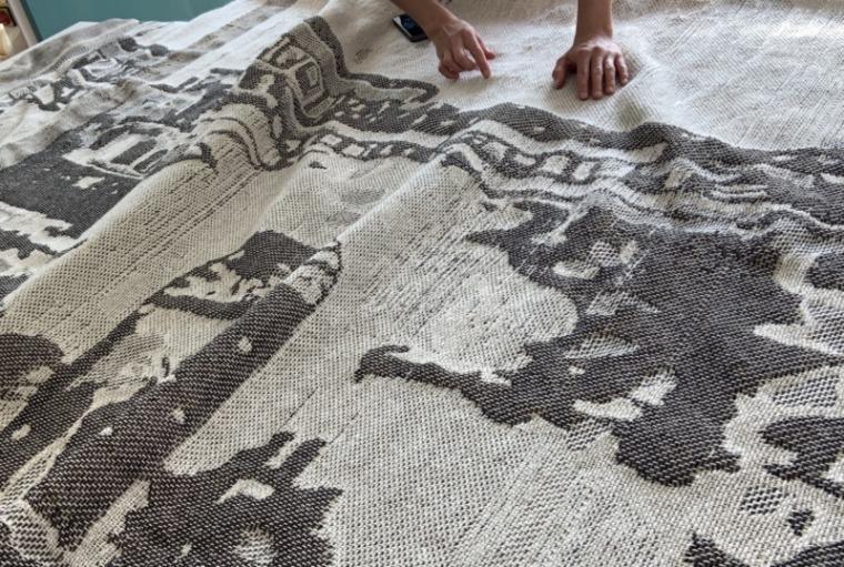 هبة ي. أمين، نوافذ نحو الغرب، قماش جاكارد منسوج يدويًا (2019) صورة بلطف من الفنانة