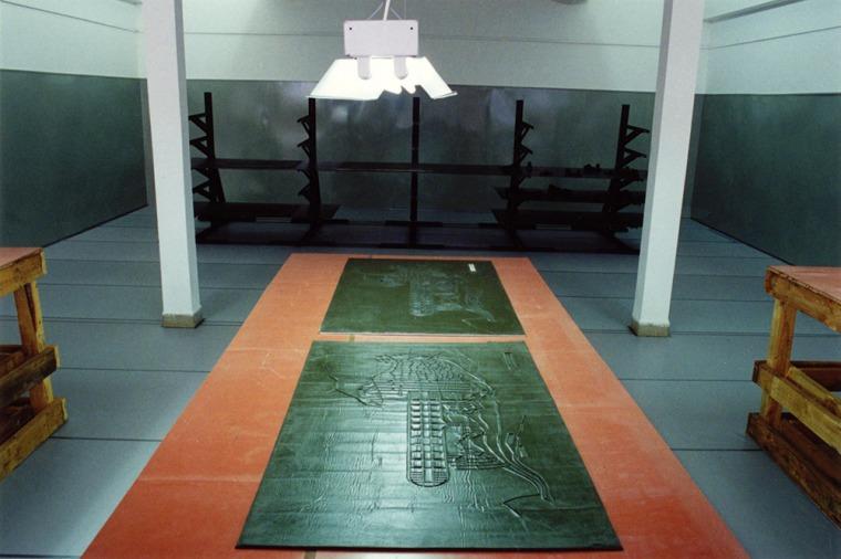 פני הס יסעור, מראה כללי; תצורת ארסנל קאלה-גרוסאויטרסדורף מפעל נשק תת-קרקעי, גרמניה 1944, מתוך מפות מנטליות - אולמות ייצור, 1993, המשכן לאמנות עין חרוד  עץ, ברזל, סיליקון, יריעות גומי אדום, PVC, תאורת פלורסנט, 22x 11 x 4.10 מ' צילום: עודד לבל. באדיבות האמנ