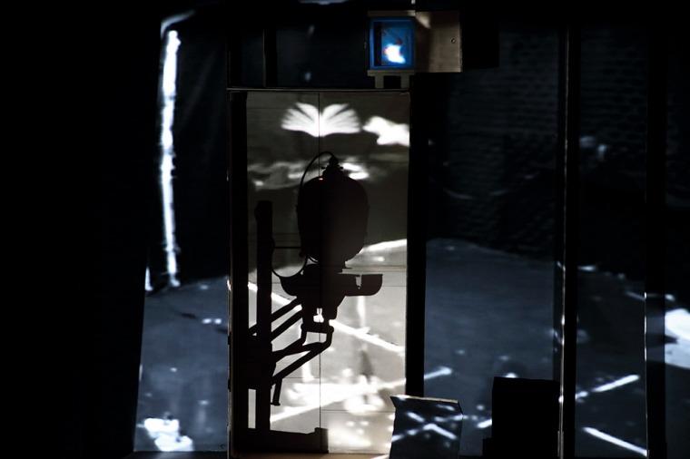 פני הס יסעור, החלל וכפילו - תצפיות, פרט מתוך המיצב, 2020-2021 הקרנת וידיאו, מכשירי הגדלת צילום, קופסאות קרטון, עץ, 5 חללים, מידות משתנות, מוזיאון הרצליה לאמנות עכשווית מתוך החלל וכפילו - תצפיות צילום: אליסטר אוברברוק. באדיבות האמנית