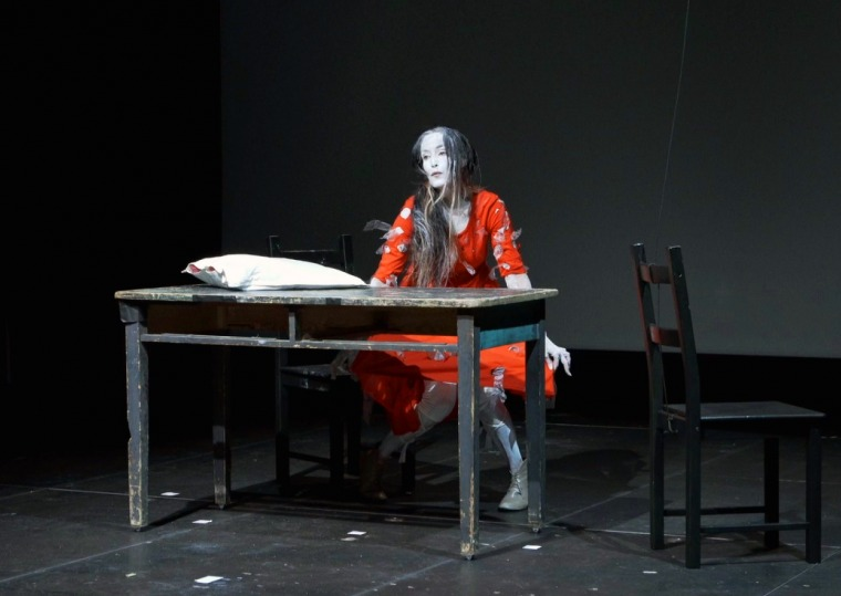 """מיה דונסקי, סטיל מתוך ווידאו של מופע הסולו """"שולחן השתיקה"""" 2016, וורשה. מתוך פרויקט """"שולחן השתיקה"""" צלום : מרצין צ'ייקובסקי"""