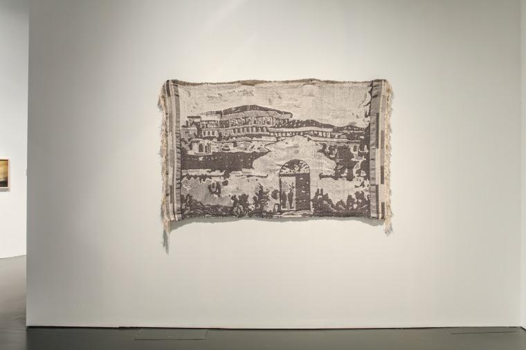 هبة ي. أمين، نوافذ نحو الغرب، قماش جاكارد منسوج يدويًا (2019) منظر عام. صورة بلطف من الفنانة
