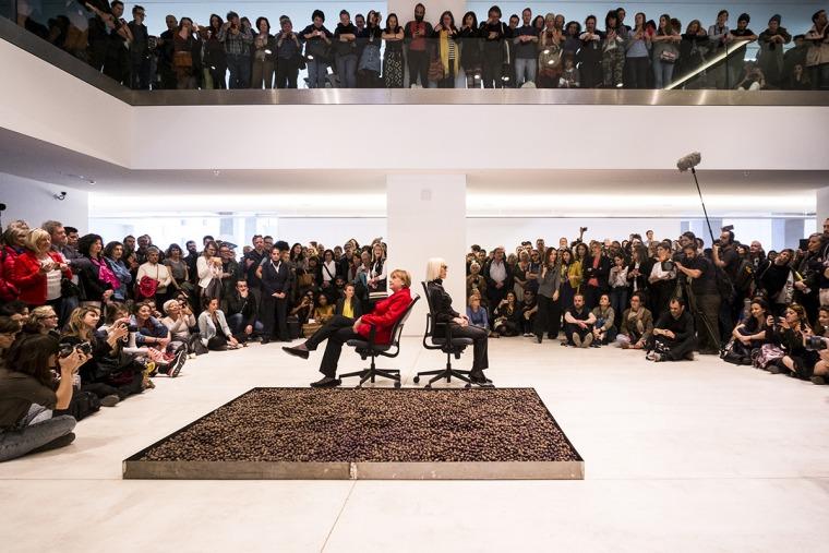 מרטה מינוחין, תשלום החוב היווני לגרמניה בזיתים ובאמנות, 2017, מיצג EMST – המוזיאון הלאומי לאמנות עכשווית, דוקומנטה 14  צילום: מתיאס וולצקה