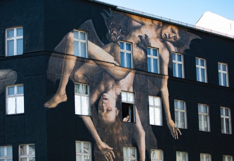 עטלף אוכל אנשים, ציור קיר בברלין. צילום: מרב מרודי, אפריל 2020.