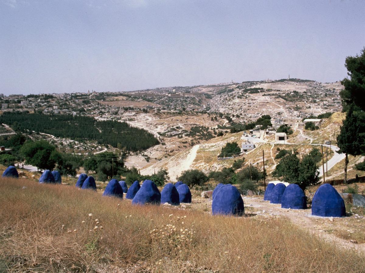 יוסף ששון צמח, קח חול והנה צילו (ירושלים, הרים סביב לה), רשת ברזלים מכוסה בבטון וצבע כחול,  1986. צילום: פסטיבל ישראל.