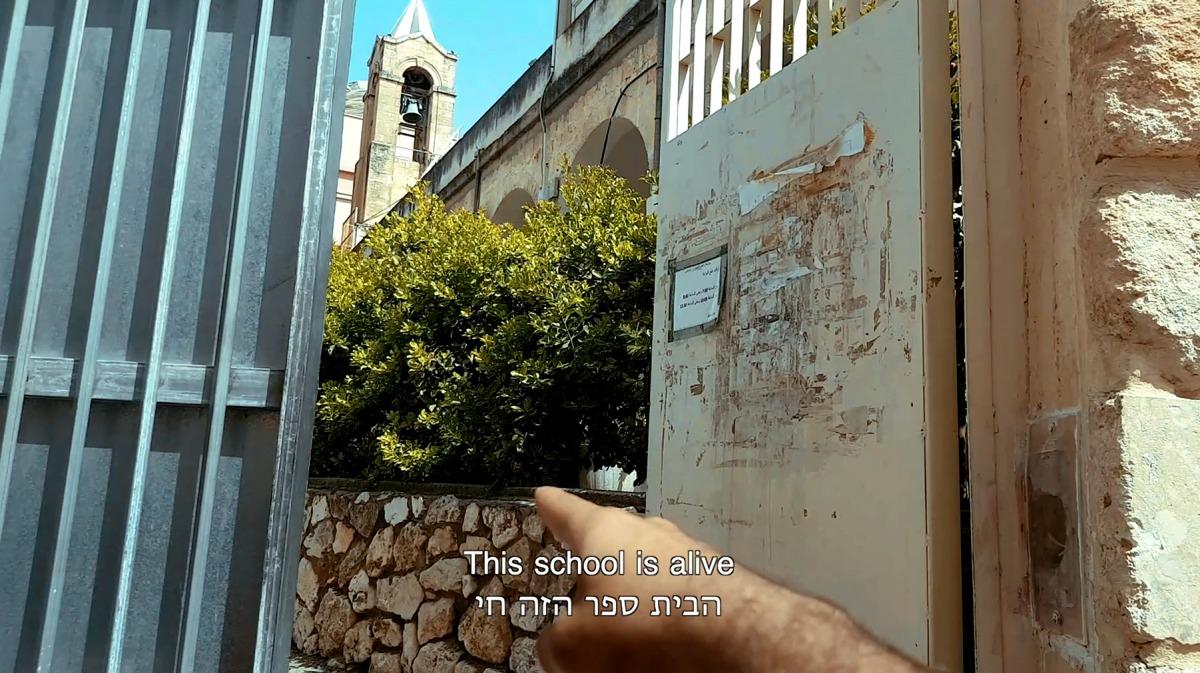 """כרם נאטור, דימוי מתוך Alive (2018) בתערוכה """"חזרו אחריי"""" גלריה אום אל פאחם"""