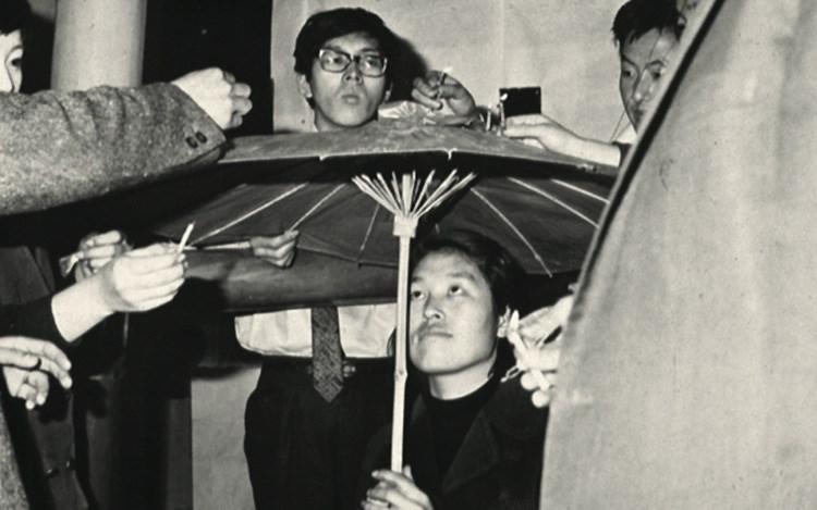 צ'ה בונגהיון ואחרים. מיצג עם מטריית פלסטיק ונרות, צילומים דוקומנטריים, דצמבר 1967. באדיבות המכון לחקר האומנות (KARI), סיאול