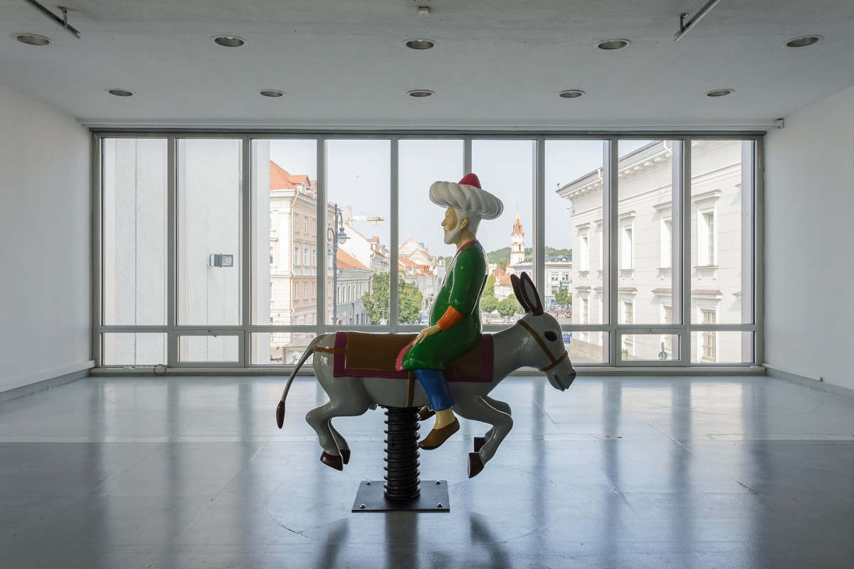 """מולה נאסר א-דין האנטי-מודרני, 2012 180X180X80 ס""""מ, פיברגלס, צבע לכה, פלדה"""