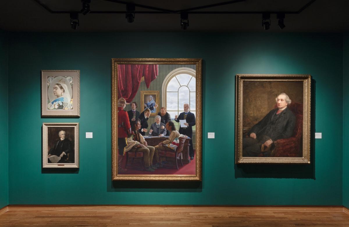 """מבט הצבה, """"בושה ודעה קדומה: סיפור של חוסן"""" במוזיאון לאמנות של אוניברסיטת טורונטו. דימוי: טוני הפקנשייד. למעלה משמאל: המלכה ויקטוריה (1901-1819, מלכה בשנים 1901-1837), 1887, הדפס אבן על נייר. מתוך אוסף הגלריה לאמנות של מרכז הקונפדרציה. למטה משמאל: ג'ון ווי"""