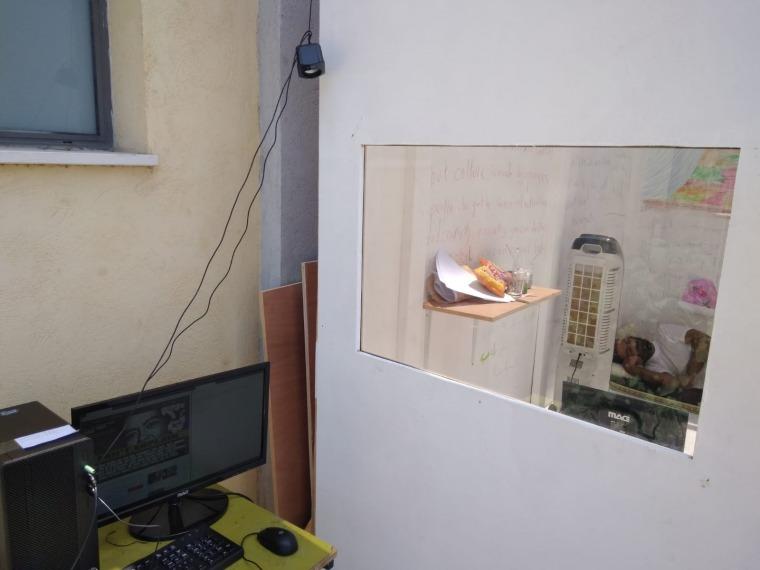 רביע סלפיתי, האיש ההוא בקופסה ההיא, 2018 צילום: אורית סימן-טוב. באדיבות פירמידה – מרכז לאמנות עכשווית