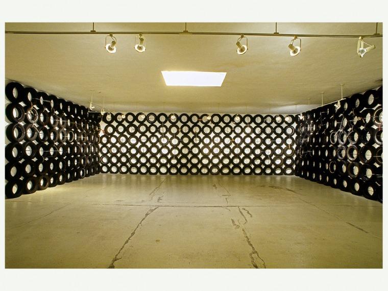 تسيبي غيفع، 'Annina Noseii Gallery ، الأيام الرهيبة، نيويورك، 2001. تصوير ديفيد أليسون، بلطف تسيبي غيفع