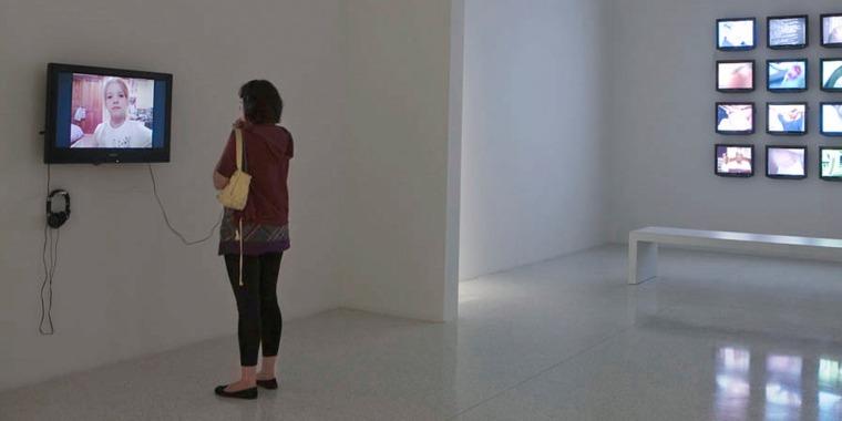 عامي سيجل، My Way 1 (مقتطف)، 2009  فيديو، 9 دق. مشهد تثبيت، عرض المواهب، مركز ووكر للفنون، مينيابوليس ، مينيسوتا ، 10 نيسان - 12 آب، 2010 © عامي سيجل. بلُطف الفنان وغاليري توماس داين