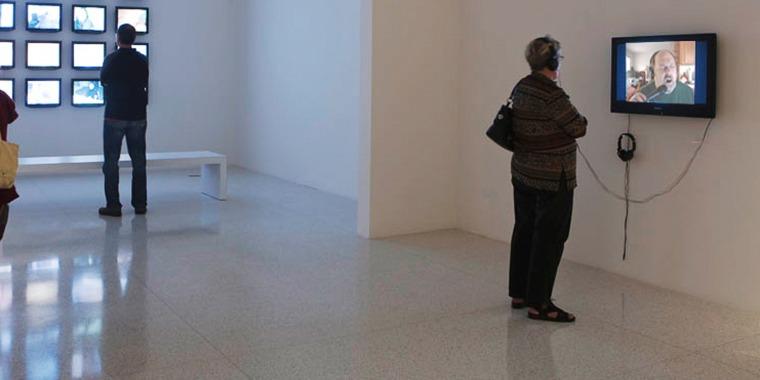 عامي سيجل، My Way 2 (مقتطف)، 2009،  فيديو، 12 دق. عرض تثبيت، عرض المواهب، مركز ووكر للفنون، مينيابوليس ، مينيسوتا ، 10 نيسان - 12 آب، 2010 © عامي سيجل. بلُطف الفنان وغاليري توماس داين