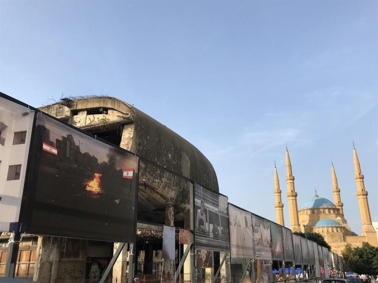معرض مركز بيروت للتصوير الفوتوغرافي خارج The Egg، بيروت.  تصوير شارلوت بلايشر