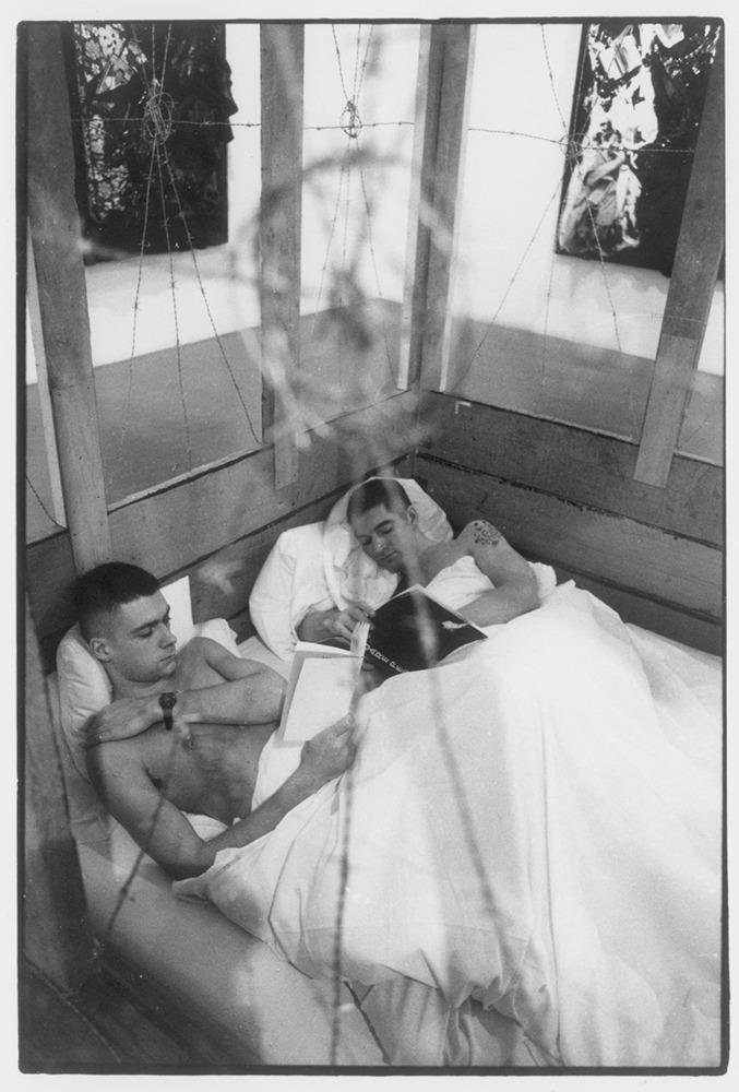 דרק ג'רמן, פרט מתוך מיצג המראה שני גברים, 1989