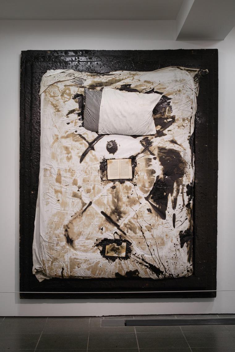 """דרק ג'רמן, מיטה (IV, (1988-1989, מיצב. תצלום מתוך """"יופי ברוטלי"""" בגלריה סרפנטיין, 2008. צילום: סילביין דלו"""