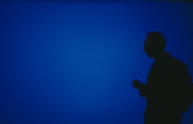 """דרק ג'רמן על רקע הסרט """"כחול"""" (1993), צילום: ליאם דניאל, Basilisk Communications"""