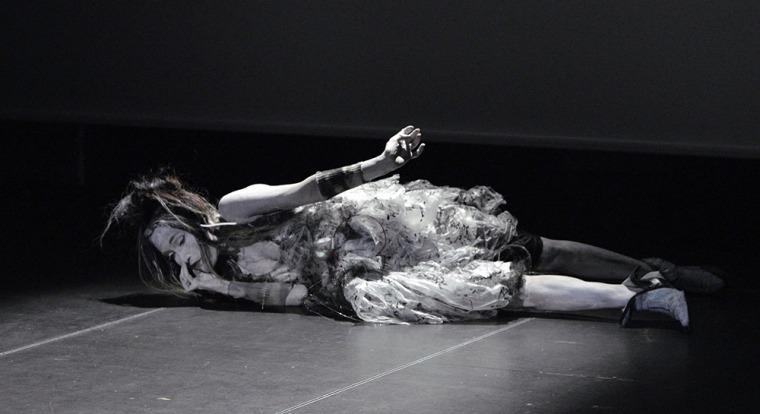 """מיה דונסקי, סטיל מתוך ווידאו של מופע הסולו """"בין 2 ל-4"""", 2016, וורשה. מתוך פרויקט """"שולחן השתיקה"""", צלום: מרצין צ'ייקובסקי"""