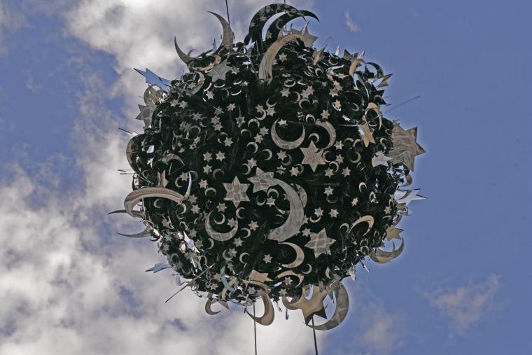 """קאדר עטייה, המפץ הגדול, פסל, טכניקה מעורבת, קוטר 170 ס""""מ, 2005 באדיבות האמן והמוזיאון לאמנות והיסטוריה של היהדות, פריז צילום: לורן לקה"""