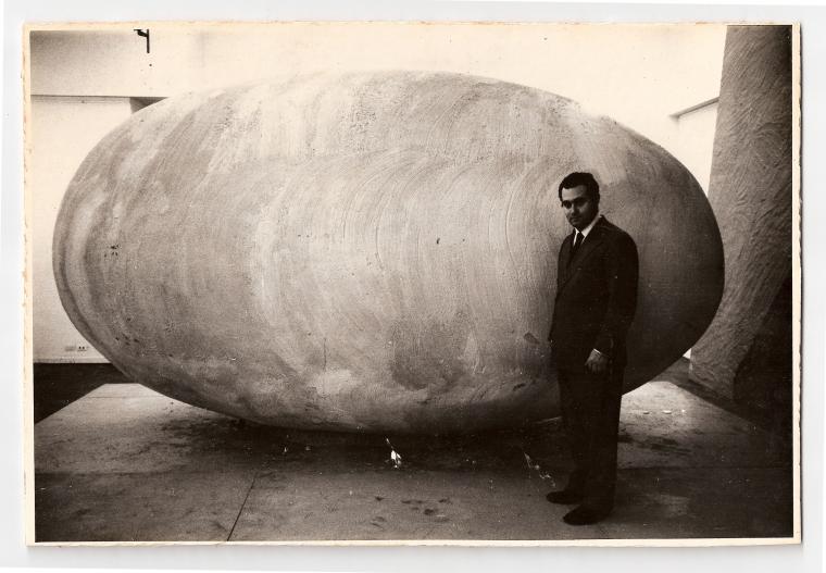 פדריקו מנואל פראלטה ראמוס ליד פסלו אנו שנמצאים בחוץ (Nosotros Afuera) 1965. באדיבות המוזיאון לאמנות לאטינו-אמריקניות בבואנוס איירס