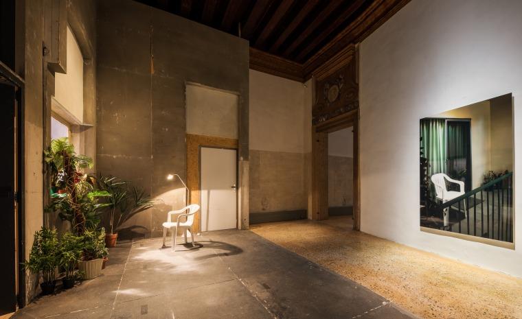 """מראה הצבה של """"הספינה דולפת. הקברניט שיקר."""" (אוצר: אודו קיטלמן), פונדציונה פראדה, ונציה מימין: תומס דימנד, פטיו, 2014"""