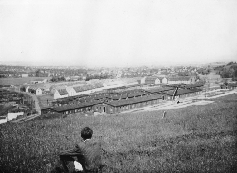 """יונאס מקאס, קאסל/מטנברג, אני מביט במחנה העקורים, 1948, מתוך: """"דימוים מתוך האפילה"""" באדיבות עזבונו של יונאס מקאס"""