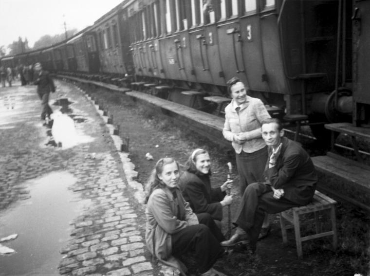 """יונאס מקאס, תחנת הרכבת של קאסל, ממתין לשילוח למחנה נוסף, 1948, מתוך: """"דימויים מתוך האפילה"""" באדיבות עזבונו של יונאס מקאס"""