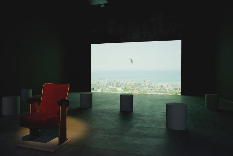 אכרם זעתרי. מכתב לטייס שסירב. 2013 מבט הצבה, הביתן הלבנוני, הביאנלה ה-55 של וונציה. צילום: מרקו מילאן