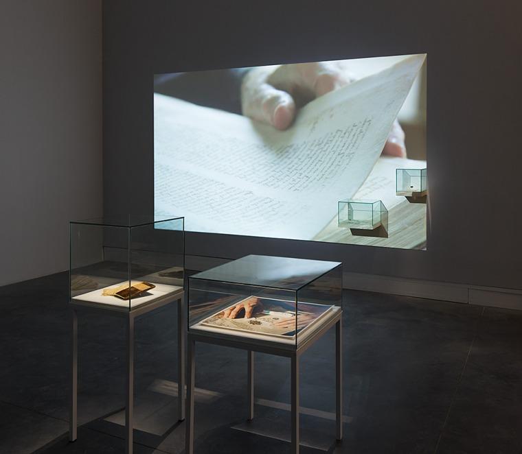 """رفائيل سيغال. \""""دفتر\"""". منظر تنصيب. متحف بيتح تكفا للفنون. 2016 ، تصوير: العاد سريغ"""