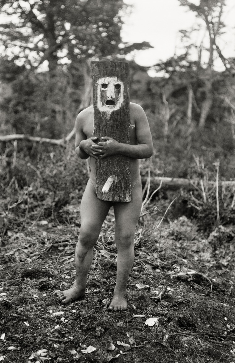 L'esprit Yincihaua et son masque phallique. Kawésqar, 1919-1924 © Martin Gusinde / Anthropos Institut / Éditions Xavier Barral