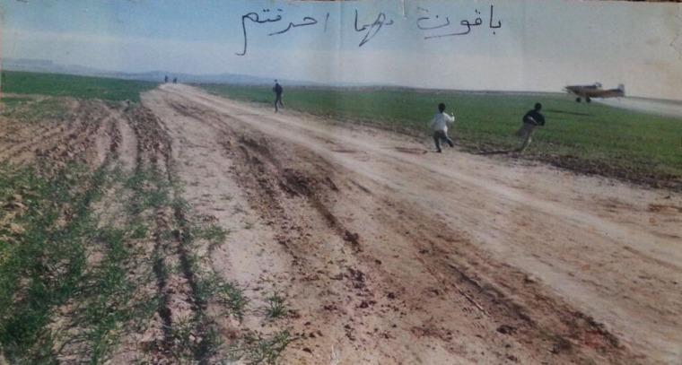طائرة ترش مبيدات أعشاب على أراضي أبو كف، بجانب حورة، اذار 2004