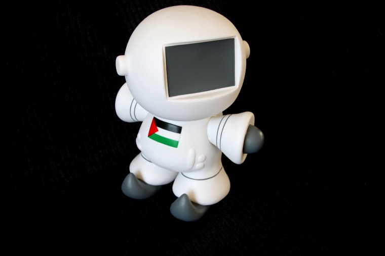 """לריסה סנסור, פלסטינאוט, 2010. ויניל, 20 ס\""""מ. באדיבות האמנית"""