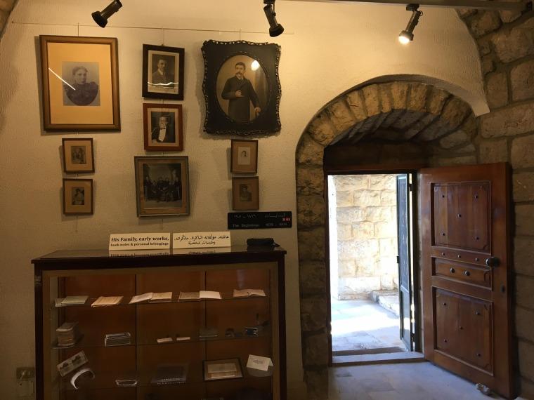 الفضاء الداخلي لمتحف امين الريحاني، مخطوطات بخط يده، أغراض فنية وشخصية