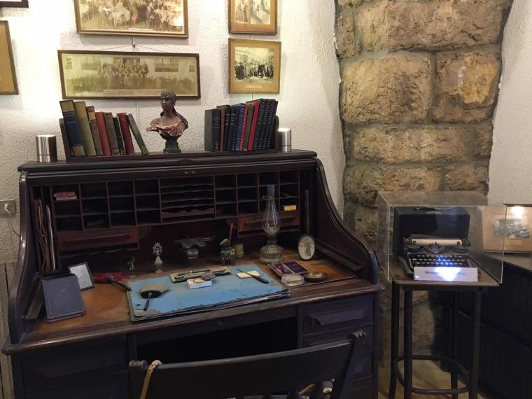 الفضاء الداخلي لمتحف امين الريحاني، مخطوطات بخط يده، اغراض فنية وشخصية.