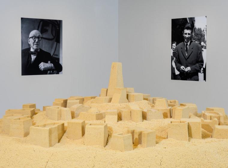 """קאדר עטייה, ללא כותרת (ע'רדאיה), 2009 קוסקוס, שתי מדפסות הזרקת דיו, וחמישה העתקי מכונת צילום. קוטר הקוסקוס: 500 ס""""מ; הדפסים: 150X100 ס""""מ; העתקי מכונה: 150X100 ס""""מ   © מוזיאון סולומון ר' גוגנהיים, ניו יורק"""