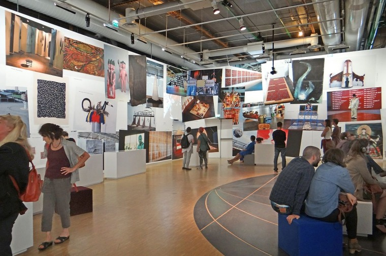 אולם התערוכה הדוקומנטרית בגלריית המוזיאון, קוסמי האדמה (1989) במרכז ז'ורז' פומפידו וגרן האל דה לה וילט, פריז צילום: ז'אן-פייר דאלברה
