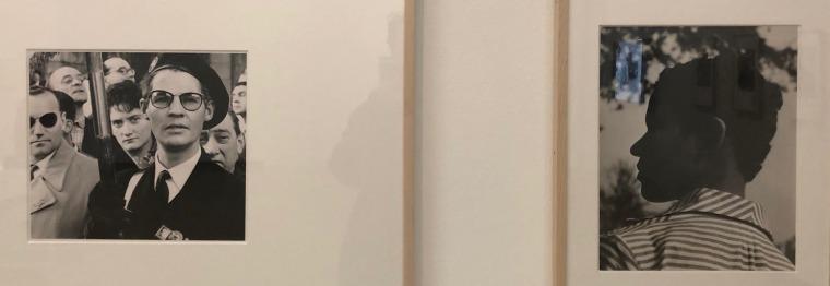 """אווה בזניו, פריז, 1952, הדפס כסף (מימין); יוהן ון דר קוקן, הפגנה של הימין הקיצוני, קשת הניצחון, 1959, הדפס כסף (משמאל). עבודות בתערוכה """"שאגאל, פיקאסו, מונדריאן ואחרים: אמנים מהגרים בפריז"""", במוזיאון סטדליק באמסטרדם. צילום: מאט הנסן"""