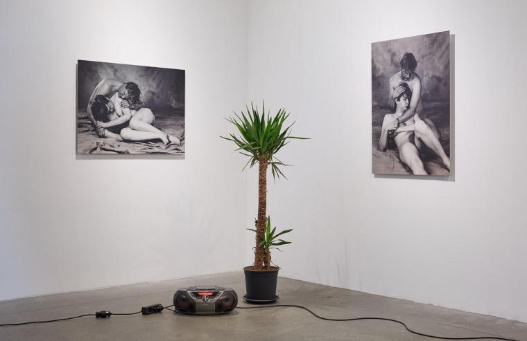 مشهد من راجنار كجارتانسون وماغنوس سيغوردارسون: حميميّة، 2004   من معرض راجنار كجارتانسون: يا الله، أشعر بسوء، متحف ريكيافيك للفنون، 2017 بلُطف الفنان لورينغ أوغسطين، نيويورك وغاليري آي 8، ريكيافيك