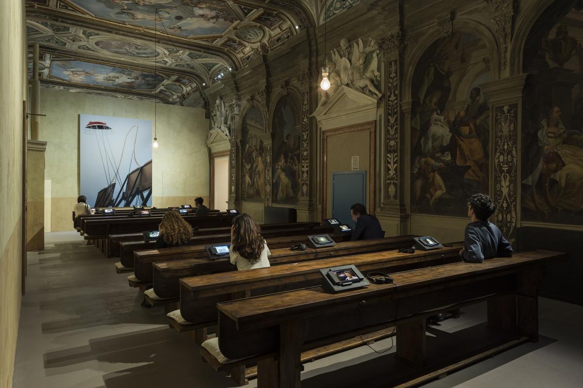 """מראה הצבה של """"הספינה דולפת. הקברניט שיקר."""" (אוצר: אודו קיטלמן), פונדציונה פראדה, ונציה"""