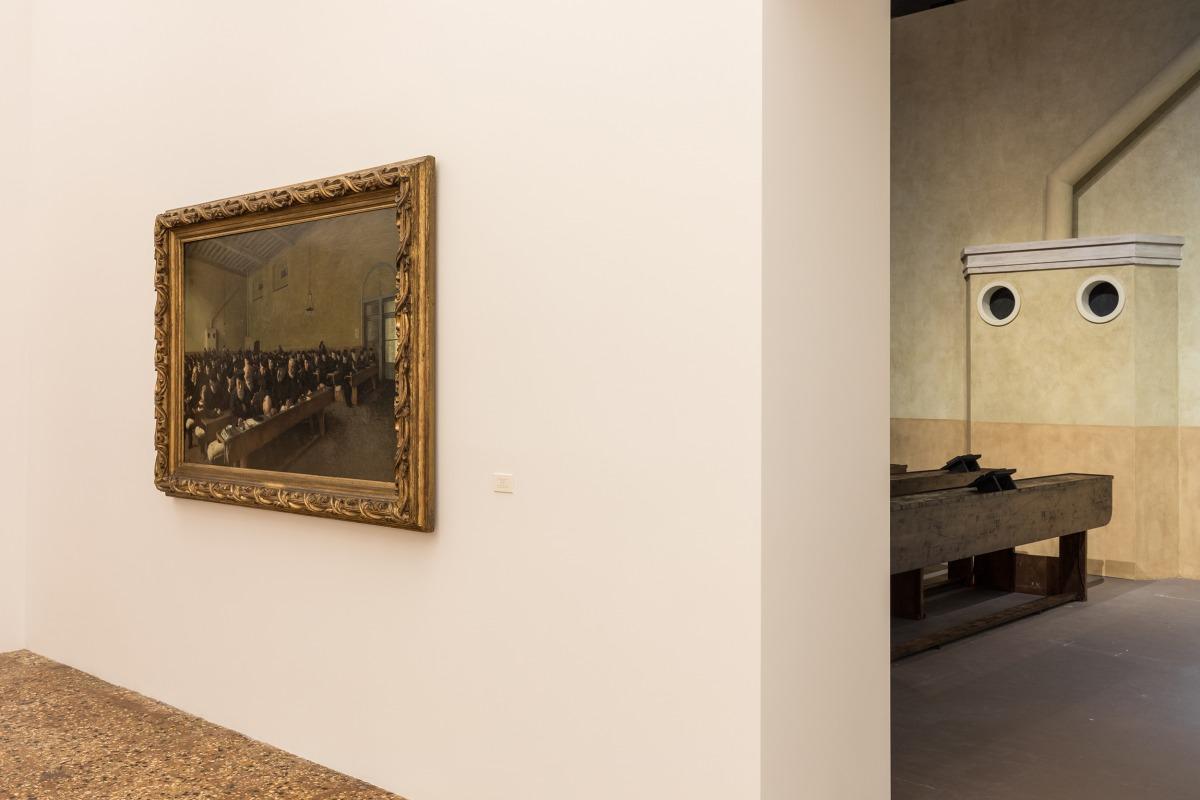 """מראה הצבה של """"הספינה דולפת. הקברניט שיקר."""" (אוצר: אודו קיטלמן), פונדציונה פראדה, ונציה צילום: דלפינו סיסטו לגאני ומרקו קפלטי. באדיבות פונדציונה פראדה משמאל: אנגלו מורבלי, Giorni…ultimi!, 1882-83"""