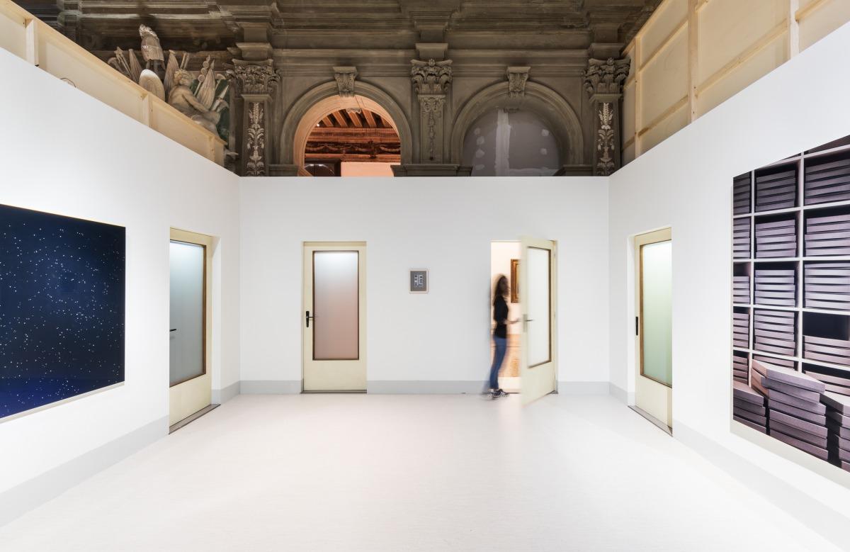 """מראה הצבה של """"הספינה דולפת. הקברניט שיקר."""" (אוצר: אודו קיטלמן), פונדציונה פראדה, ונציה. משמאל לימין: תומס דימנד, קבוצת כוכבים, 2000; אנה פיברוק, דלתות, 2017; תומס דימנד, ארכיב, 1995 צילום: דלפינו סיסטו לגאני ומרקו קפלטי. באדיבות פונדציונה פראדה"""