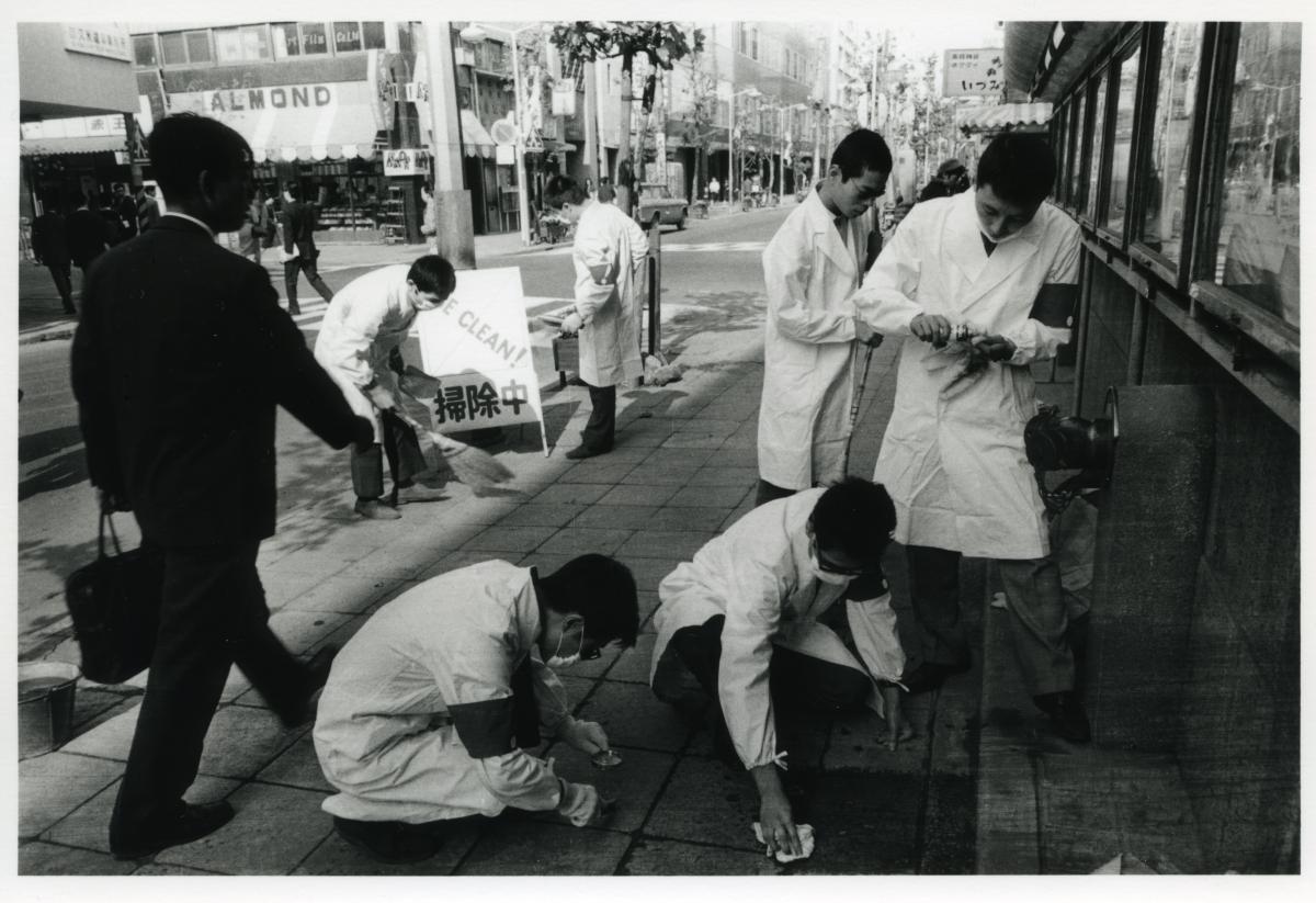 """מינורוהירטה """"ארוע הניקיון של  High Red Center (הידוע רשמית כהיו נקיים! וגם המהלך לעידוד ניקיון וסדר במטרופולין""""). 1964. © מינורו הירטה. באדיבות גלריה טאקה אישי, טוקיו"""