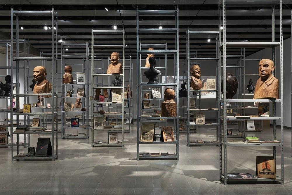 """קאדר עטייה, התיקון מתרבויות מערביות אל תרבויות חוץ-מערביות, 2012, מיצב, טכניקה מעורבת מראה הצבה, """"מוזיאון הרגש"""", גלריה הייוורד, לונדון, 2019"""